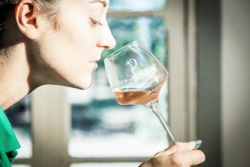 Photo - dégustation - vin rosé - Domaine de l'Arbousier - Béatrice Viguier